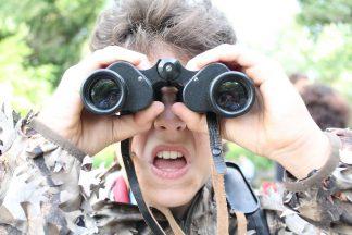 Scout con binocolo